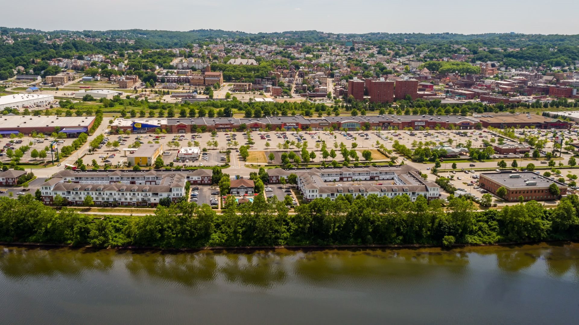 Luxury waterfront 1, 2 and 3 Bedroom Apartments and Townhomes in Munhall, PA, short commute to Downtown Pittsburgh, Oakland and North Shore via I-376