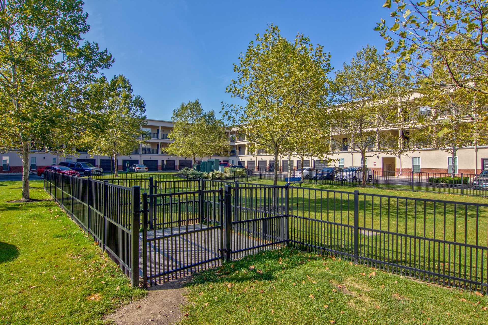 Pet Friendly Apartments and Townhomes with Dog Park Easton Commons 4011 Easton Way Columbus OH 43219