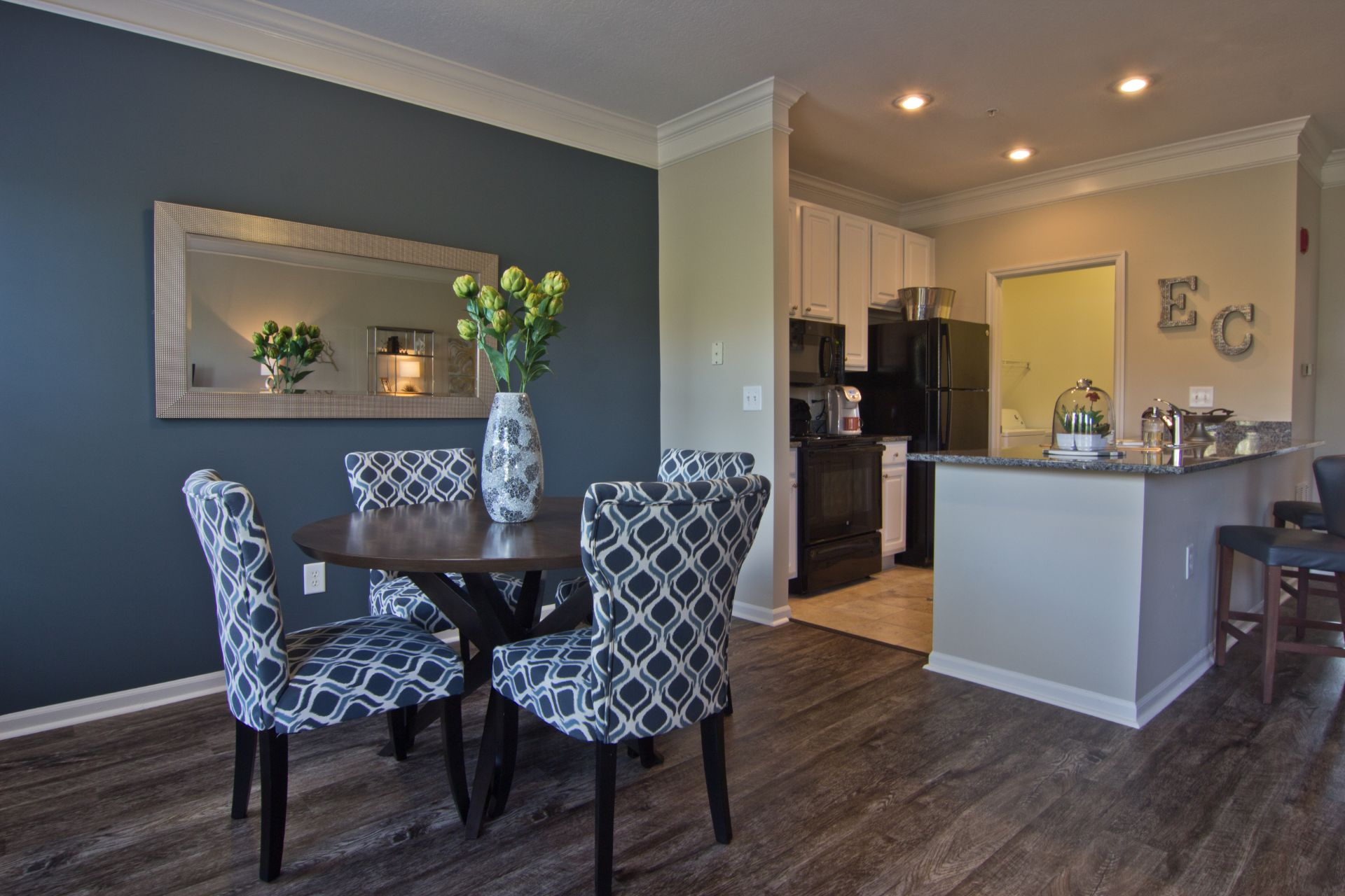 Luxury 1, 2, 3 and 4 Bedroom  Apartments and Townhomes with  Hard Surface Flooring, Dining Space, Open-Concept, Modern Kitchens and Washer-Dryer near Easton Town Center in Columbus OH  4011 Easton Way Columbus OH 43219 Easton Commons