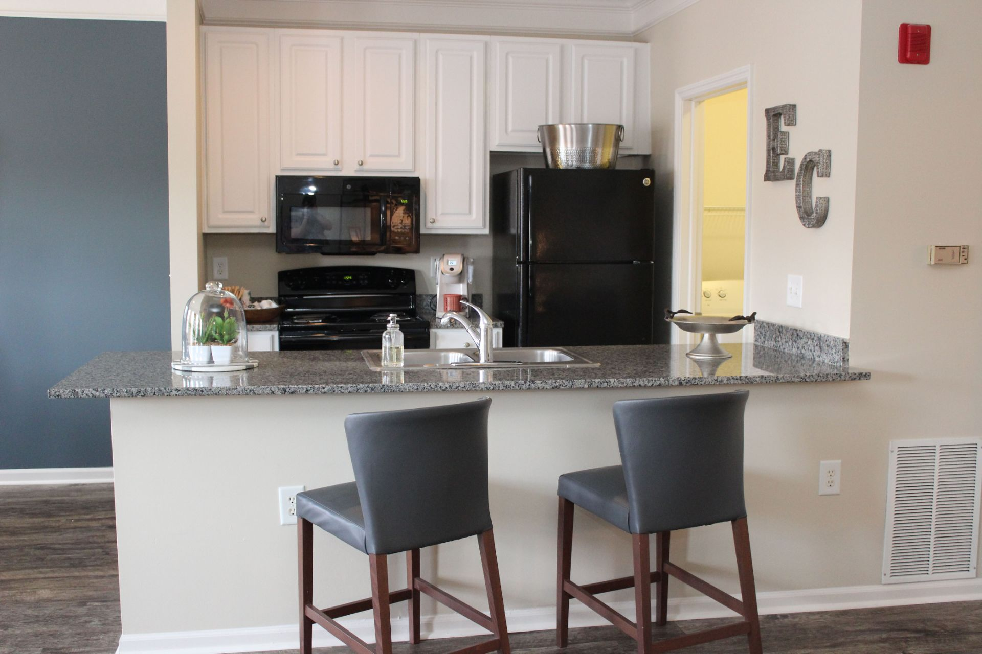Easton Commons Luxury 1, 2, 3 and 4 Bedroom  Apartments and Townhomes with Modern Kitchens with Breakfast Bar and Washer-Dryer near Easton Town Center in Columbus OH  4011 Easton Way Columbus OH 43219