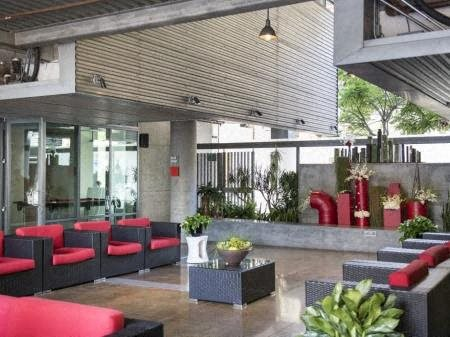 Outdoor Dining And Entertainment Area at Met Lofts, Los Angeles, California