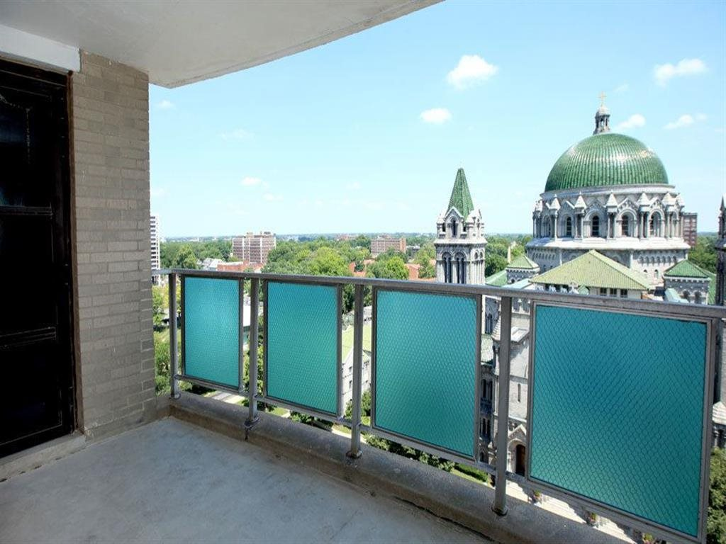 Apartments with city views at Towne House, St. Louis, Missouri