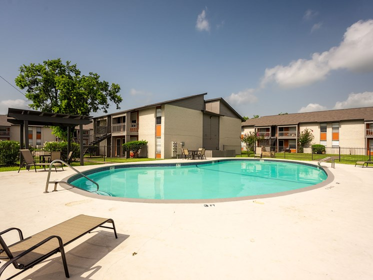 Swimming Pool With Relaxing Sundecks at Summerstone Apartments, Victoria, Texas