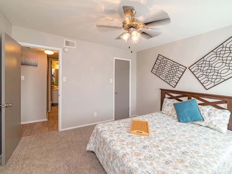 Large Bedroom With Ceiling Fan at Summerstone Apartments, Texas, 77901