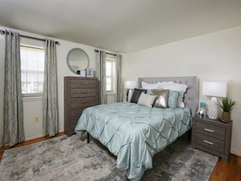 736 W. Kingsway Road 3 Beds Apartment for Rent Photo Gallery 1