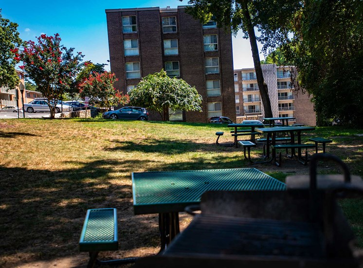Silver Spring House Apartments Picnic Tables