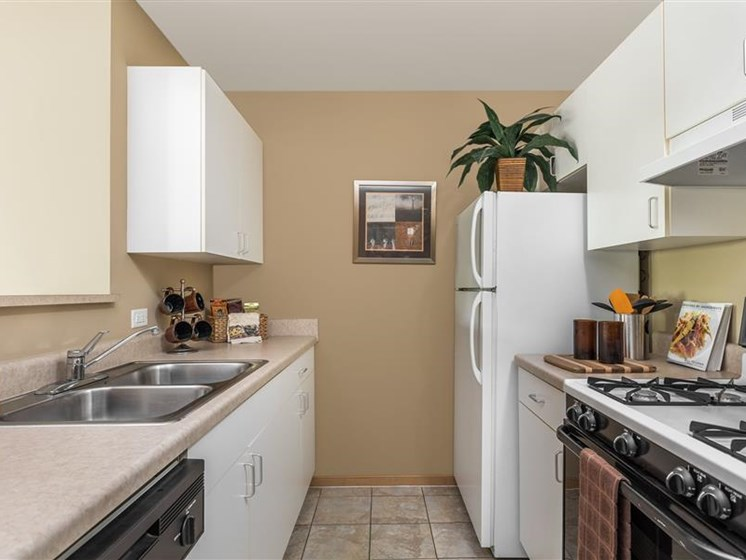 open kitchens at Reserve at Eagle Ridge in Waukegan, IL