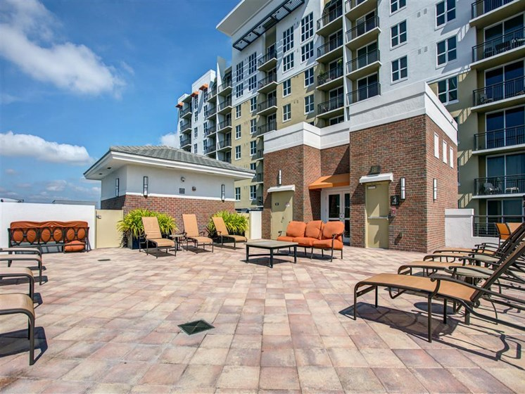 Lounge area with sunshine for residents at plantation florida