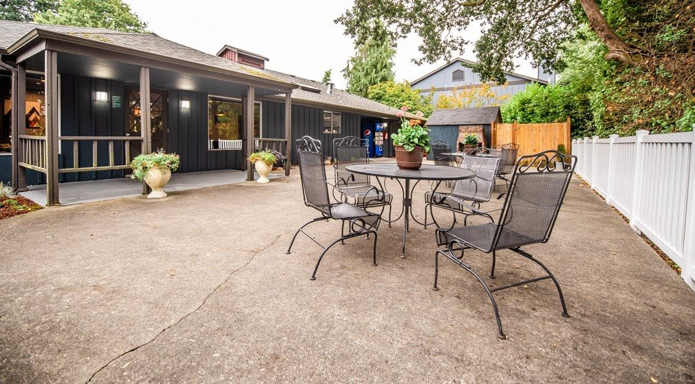 Tacoma Apartments - Miramonte Apartments - Common Patio