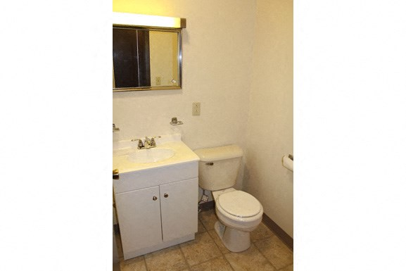 Parkside Apartments - Full Bathroom
