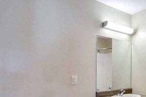 Deer Lakes Apartments Amherst - Full Bath