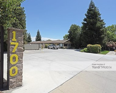 Storage Units for Rent available at 1700 South Blackstone Street, Tulare, CA 93274 Photo Gallery 1