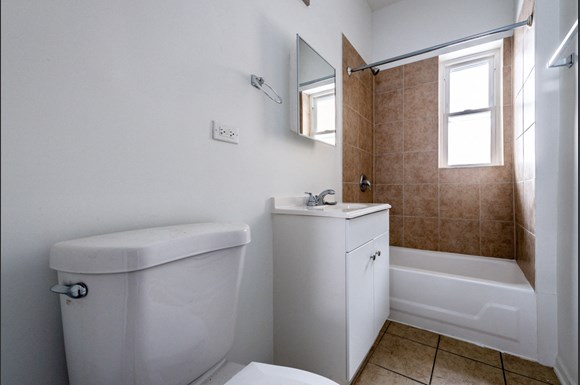 6160 S Martin Luther King Dr Apartments Chicago Bathroom