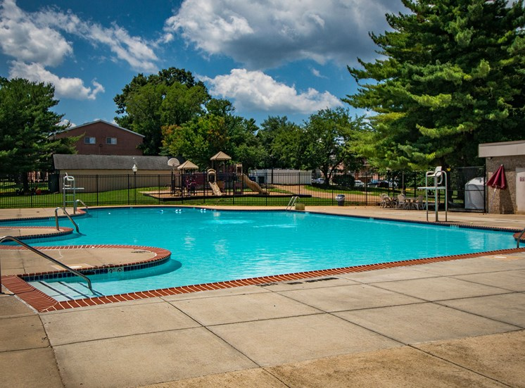 Maplewood Villas Apartments Pool 06