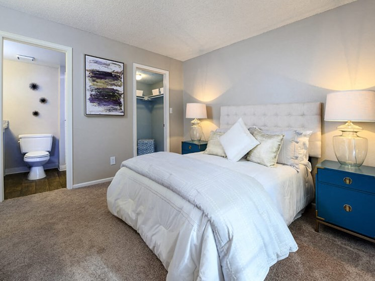 Spacious Bedrooms With en Suite Closet And Bathrooms at Arcadia Apartment Homes, Colorado, 80112