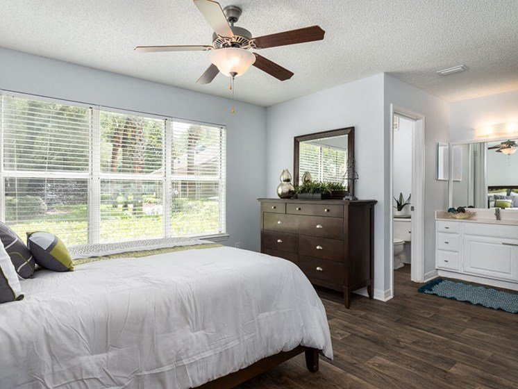 Large Bedroom en-suite Bathroom at Bay Club Apartments, Jacksonville, Florida