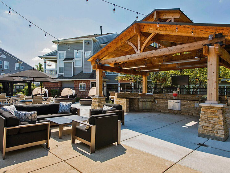 Outdoor Kitchen & Lounge