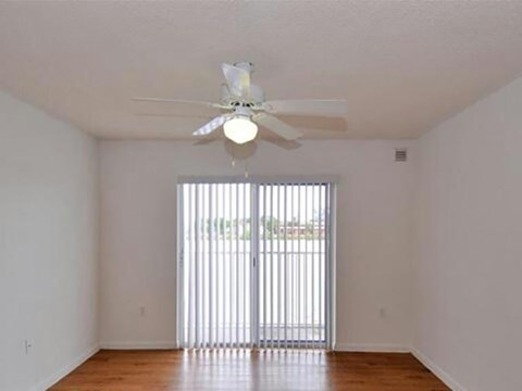 Summerlake Apartments| Bedroom with ceiling fan