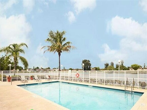 Summerlake Apartments| Swimming Pool