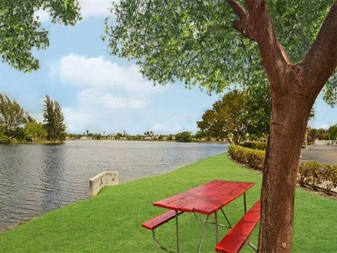 Summerlake Apartments| View of Pond