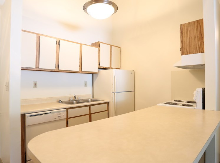Well Equipped Eat-In Kitchen at Chatham Village Apartments, Columbus, 48232