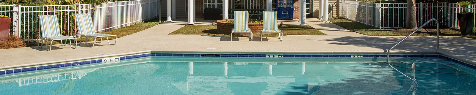 Swimming Pool With Relaxing Sundecks at Litchfield Oaks Apartments, Pawleys Island