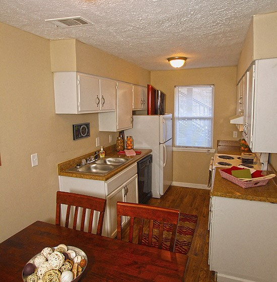Well Equipped Eat-In Kitchen at Briarwood Park Apartments, Jackson, MS