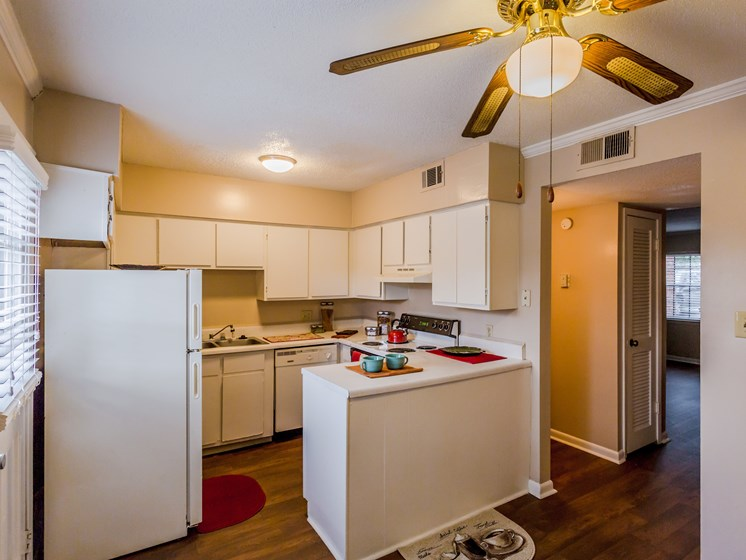 Fully Equipped Eat-In Kitchen at Colony West Apartments, Little Rock, 72227