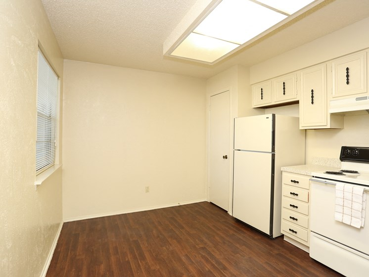 Fully Furnished Kitchen at Towne Oaks Apartments, Little Rock, AR