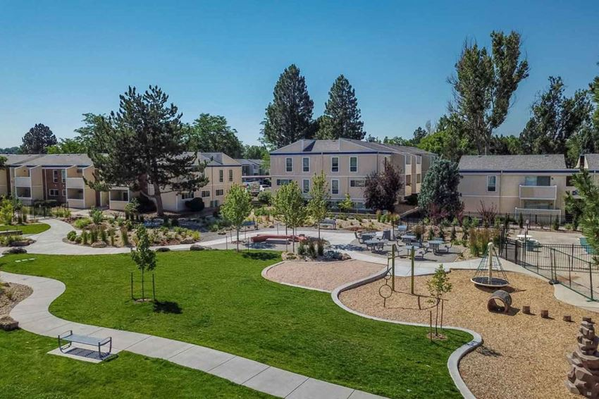 Aerial Image Spyglass Creek Apartments with the grounds and apartment buildings.