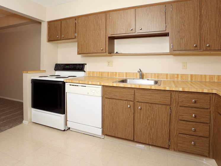 Fully Equipped Kitchen at Ridgewood Park Apartments, Parma Heights, 44130
