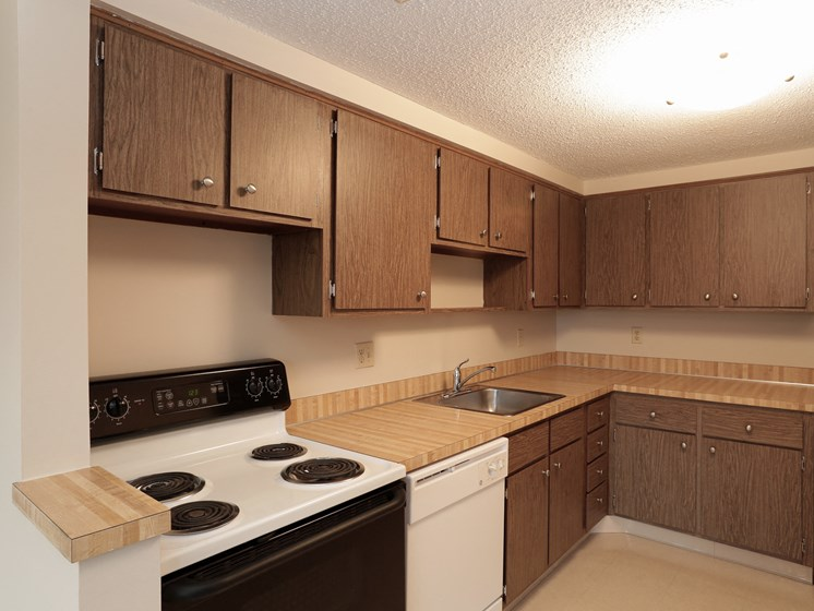 Kitchen With Custom Cabinetry at Ridgewood Park Apartments, Parma Heights
