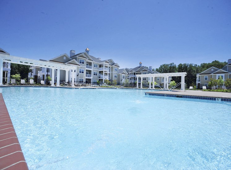 Fenwyck Manor Apartment Homes Chesapeake, Greenbrier VA 23320 huge pool with fountains