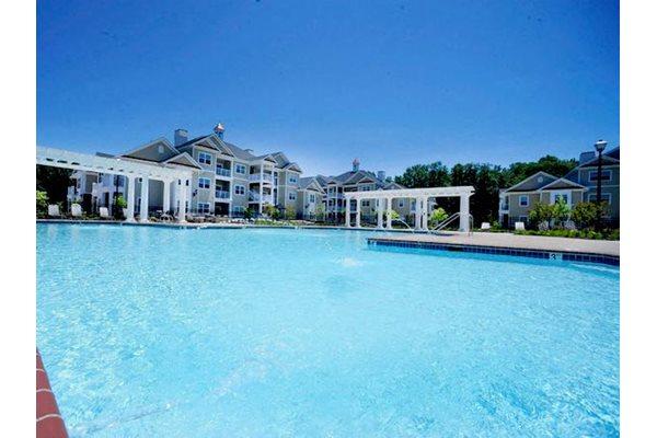 Fenwyck Manor Apartments Chesapeake, VA 23320 large swimming pool and aqua deck