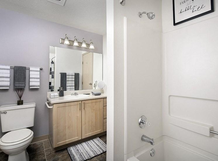 Rivergreens Apartments - Bathroom