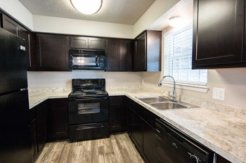 3100 NW Expy 2 Beds Apartment for Rent Photo Gallery 1