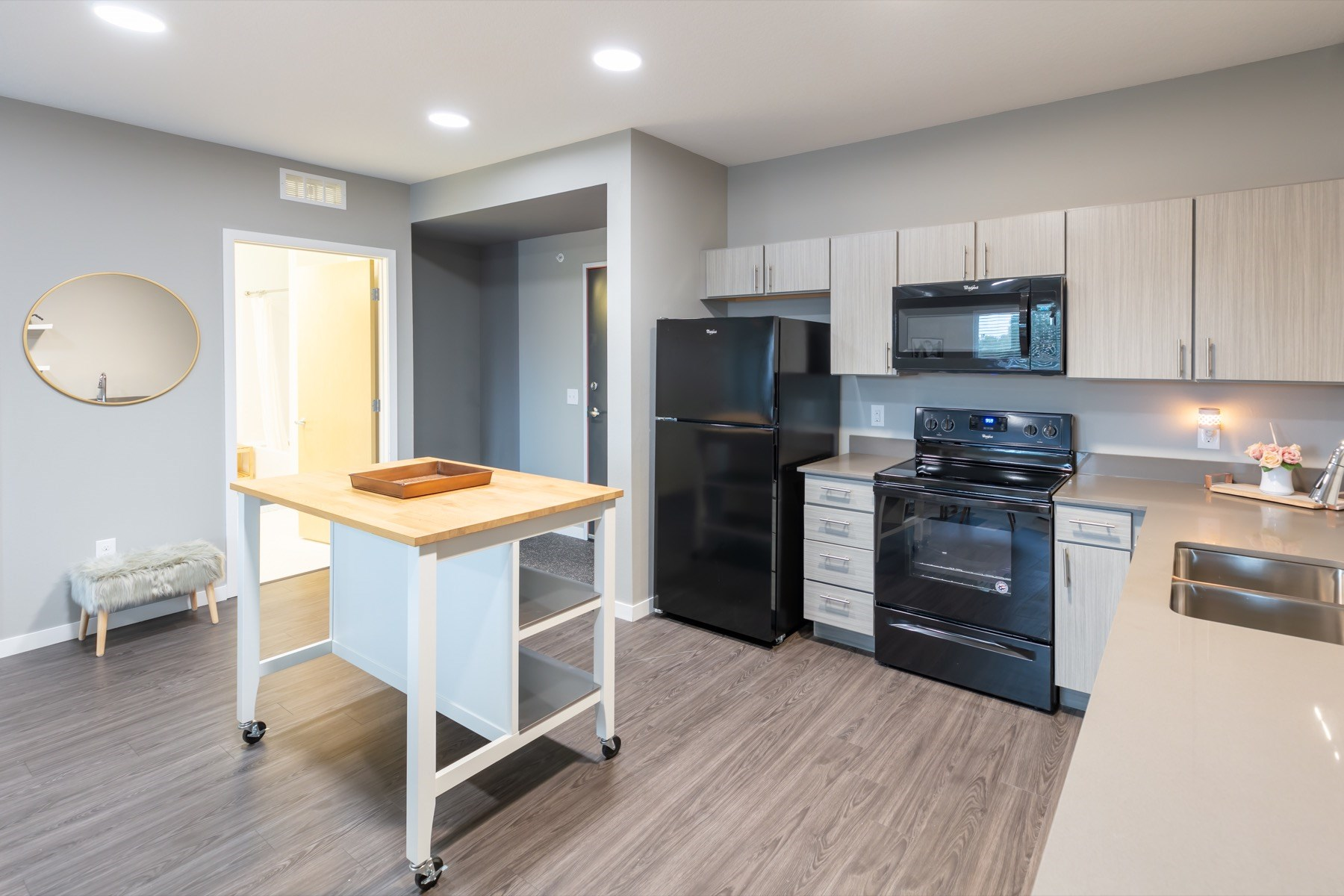 Large kitchen with moveable island