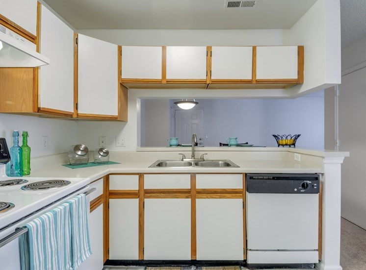 Fully Equipped Kitchen With Modern Appliances at Crestview Apartments, Fredericksburg, Virginia