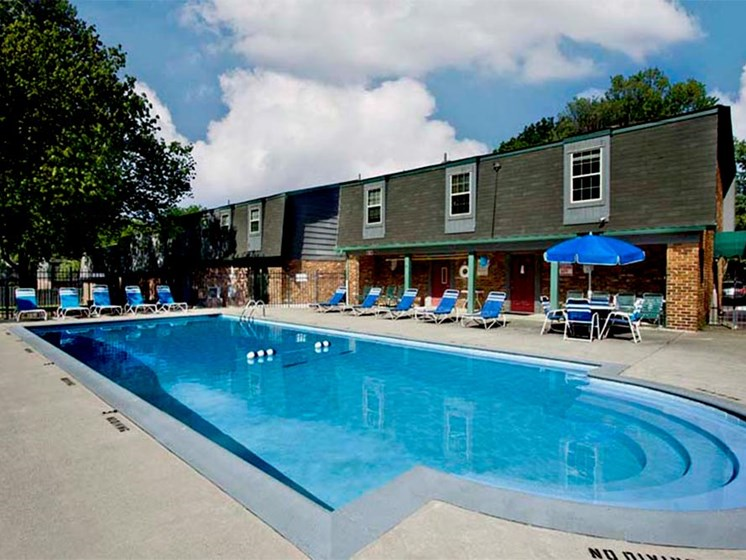 Swimming pool Heritage Knoll Apartments in Kettering, OH