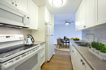 400 Oak Street East 1-2 Beds Apartment for Rent Photo Gallery 1