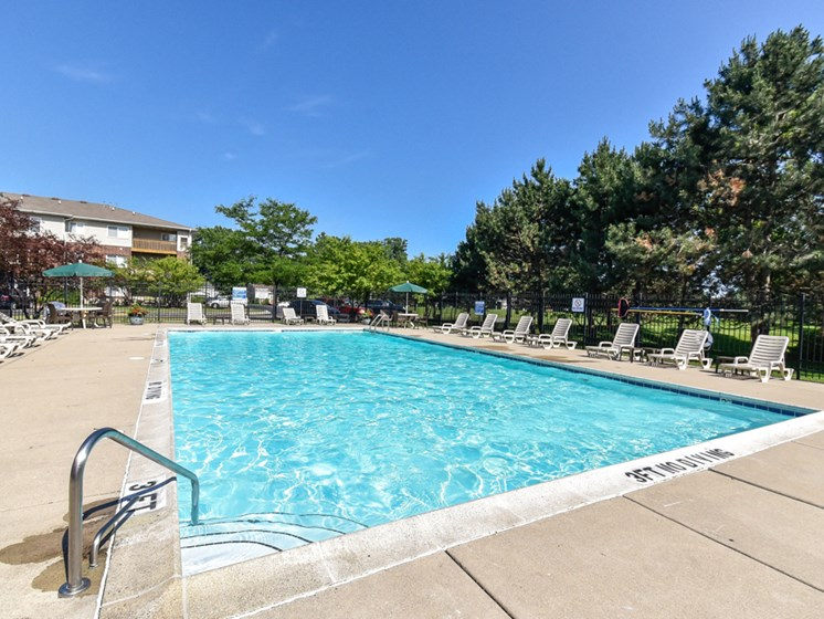 Apartments in Waukegan, IL pool