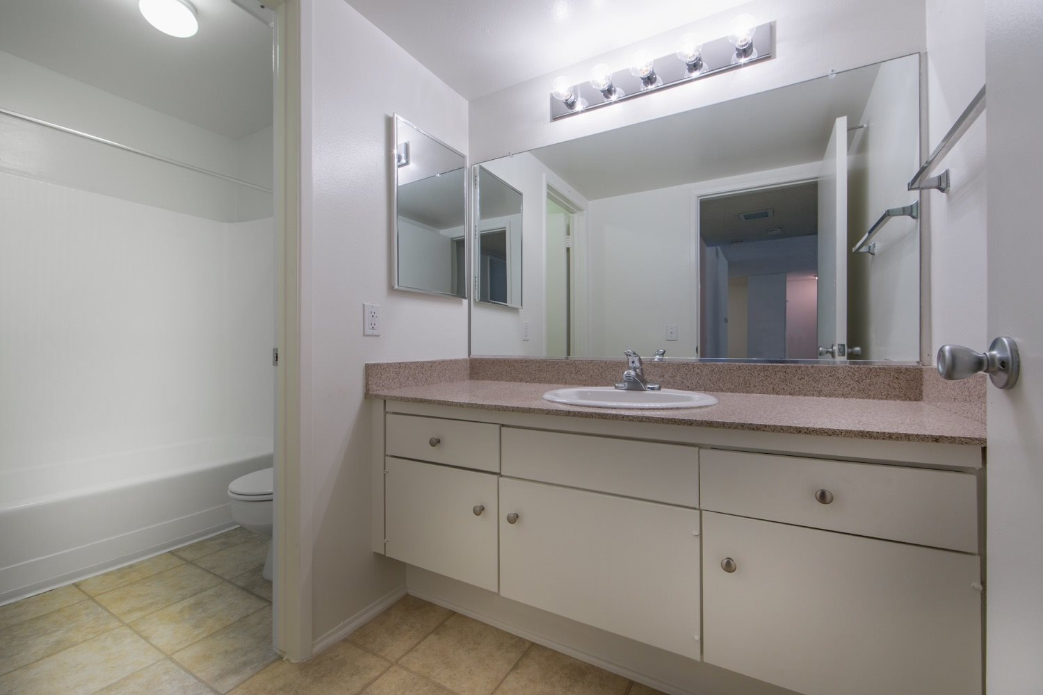 huntington-beach-apartments-bathroom