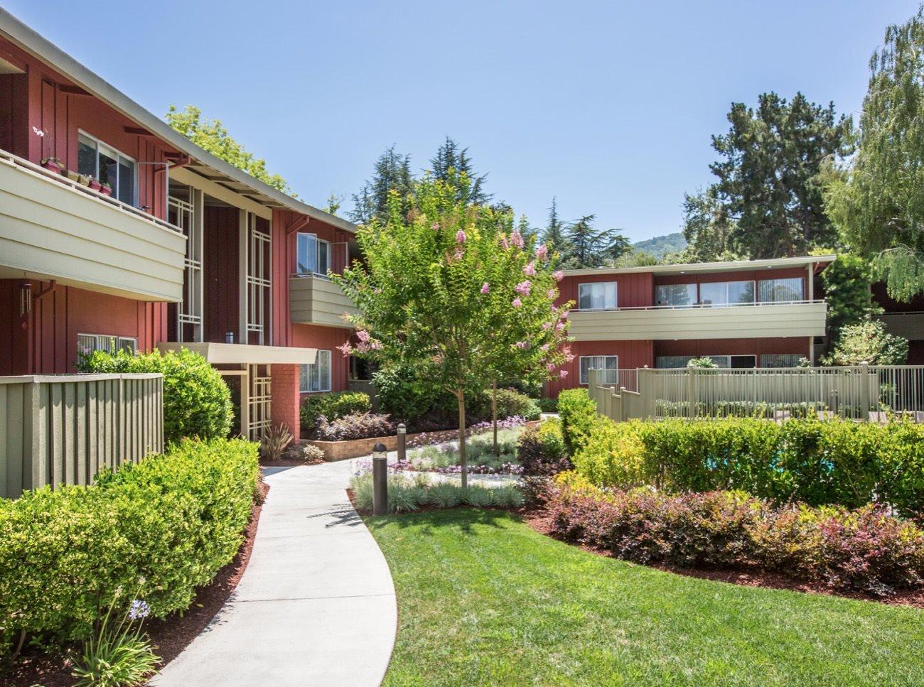 bay-tree-los-gatos-apartments-green-courtyard