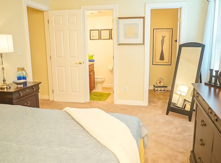 large master fits king bed in Virginia Beach Apartment