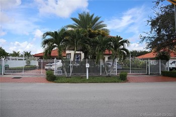 9261 Southwest 174Th Street 5 Beds House for Rent Photo Gallery 1