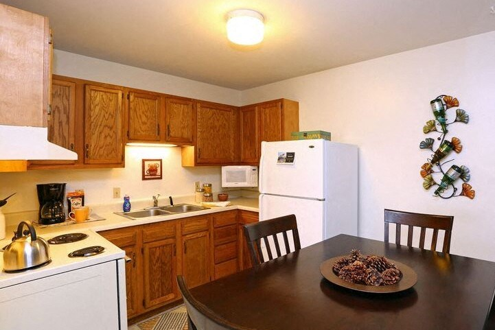 Danbury Kitchen Town and Country Apartments Urbana, IL