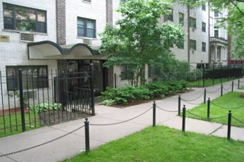 525 W Oakdale Ave Studio-2 Beds Apartment for Rent Photo Gallery 1