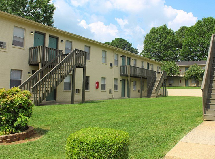 Tara Garden Apartments in Huntsville, Alabama tidy landscaping with lush green spaces