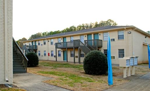 Tara Garden Apartments in Huntsville, AL 35806 lush landscaping