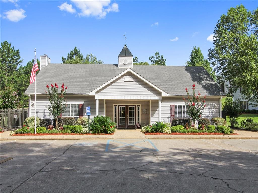 Photos and Video of Laurelwood Apartment Homes in Laurel, MS